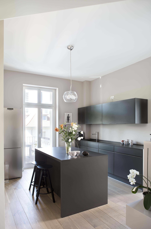 Maßgeschniederte Küche in Frankfurter Altbauwohnung; Wandfarbe 'Lascaux'