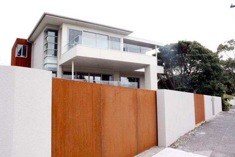 blickdichter cortenstahl-zaun und weiße gartenmauern | gartenzäune, Garten und Bauen