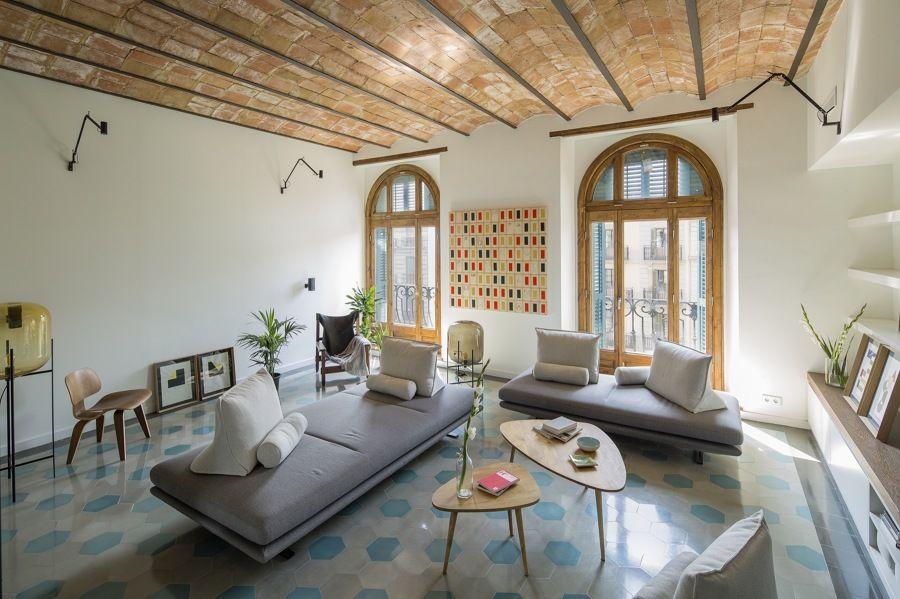 Woonkamer Casa Lola : Salón con bóveda catalana una casa que usa espejos para