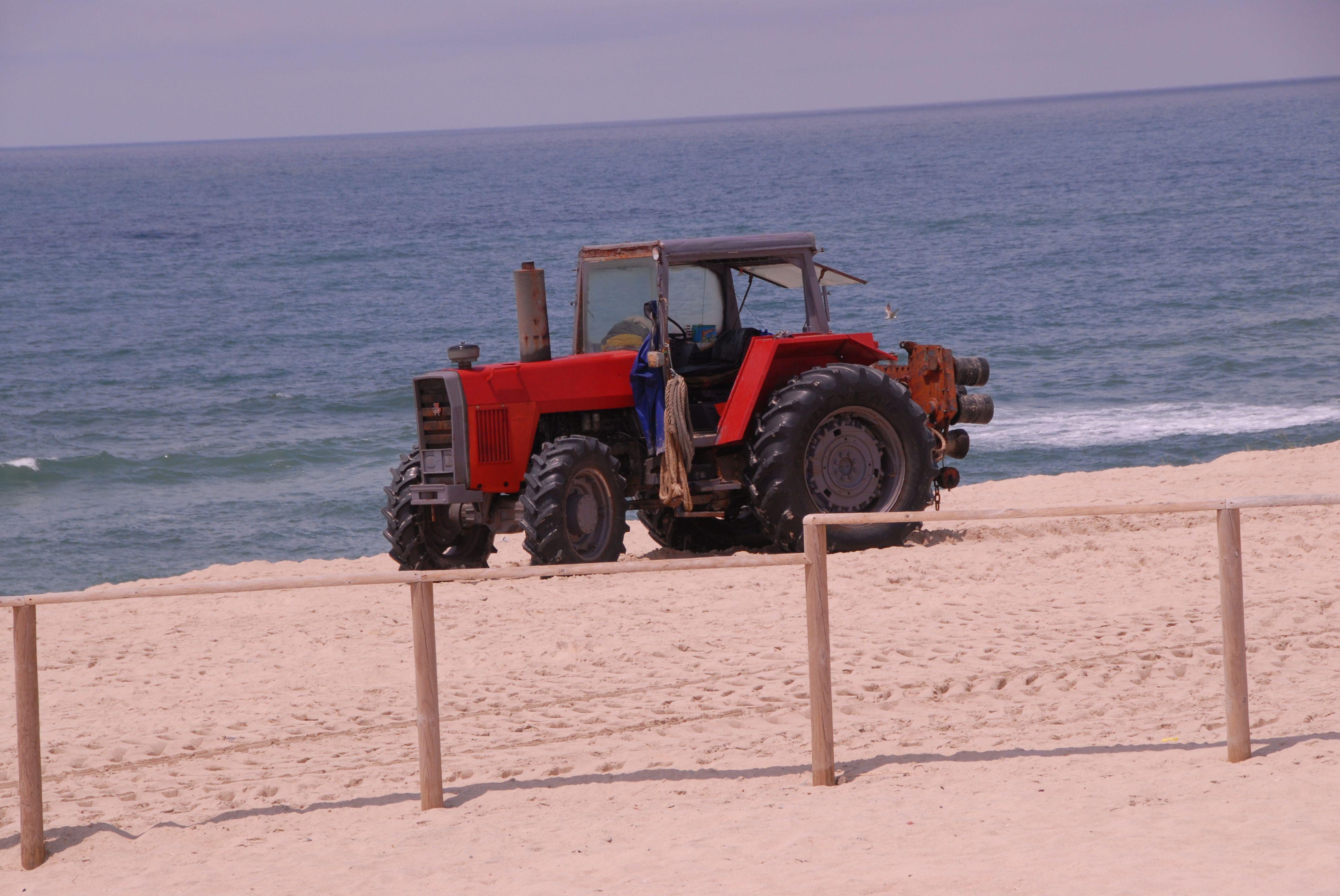 Trator agrícola usado para puxar as redes de pesca na Praia de Mira.