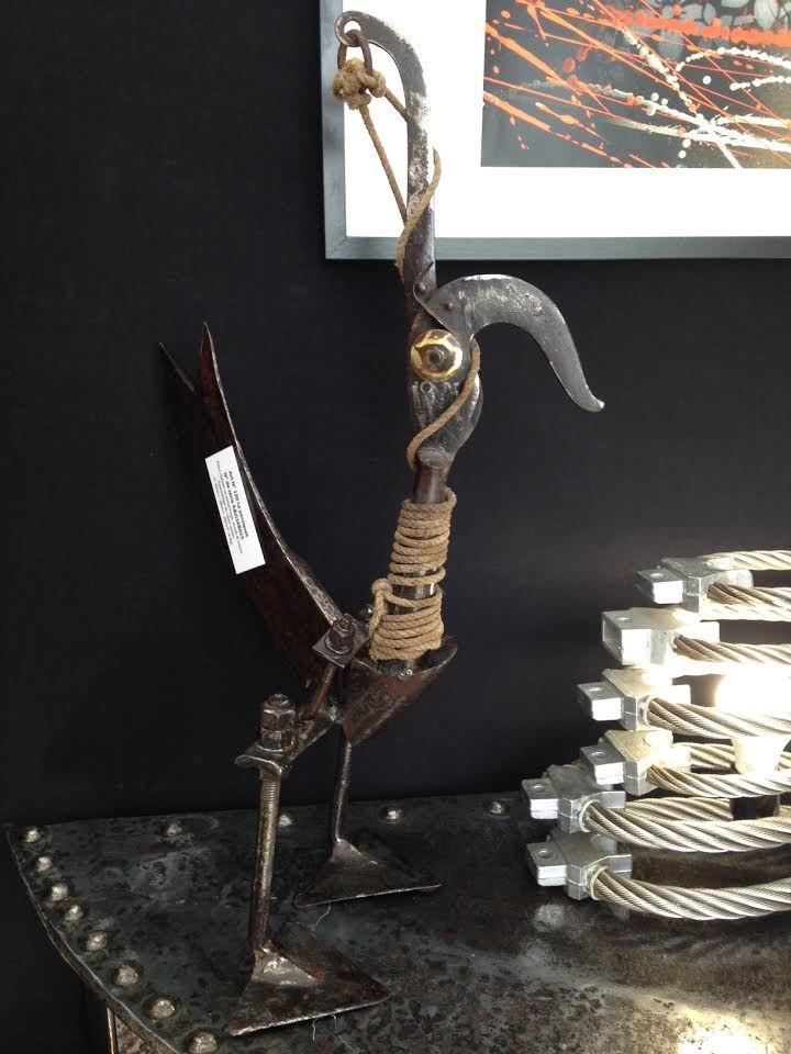 sculpture de perroquet r alis e en m tal forg soud vernis assemblage de vieux outils. Black Bedroom Furniture Sets. Home Design Ideas