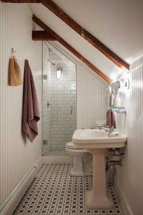 Étroite salle de bain sous les combles Une douche au style adapté