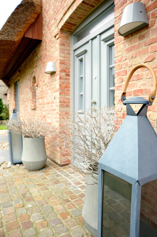 Photo of Haus auf sylt balkon, veranda & terrasse im landhausstil von sallier wohnen sylt landhaus | homify