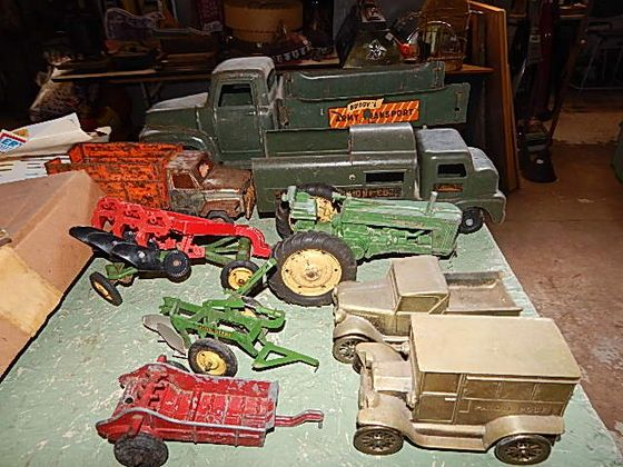 Item Up For Bidding At Auction - Hoarders Hoard in Yeoman, In