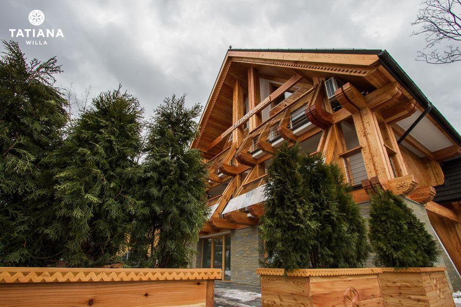 Willa Tatiana Zakopane z zewnątrz. Tradycyjne, podhalańskie budownictwo, naturalne materiały.  Mieści 6 luksusowych apartamentów.