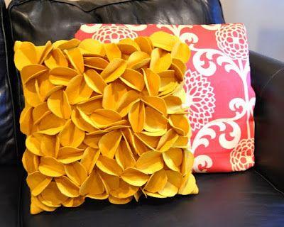 Felt Circle Petal Pillow Tutorial by maybematilda #Pillow #Felt_Petal_Pillow #maybematilda