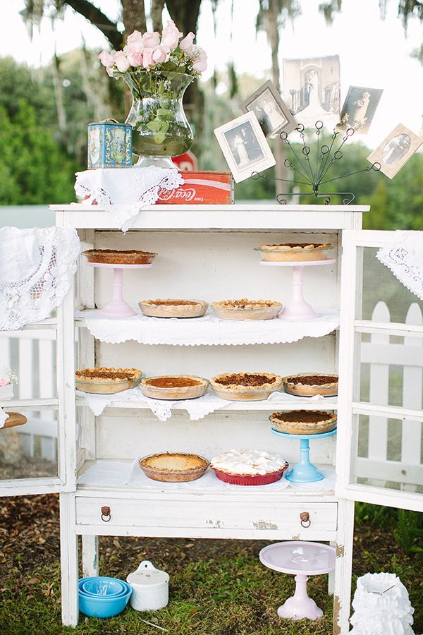 Old school pie station for your wedding with a cool shabby cabinet #weddingidea #piestation #vintagewedding #weddingcake