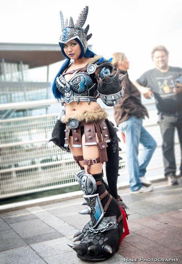 Clever Cosplay Turns Toothless Into A Warrior Woman