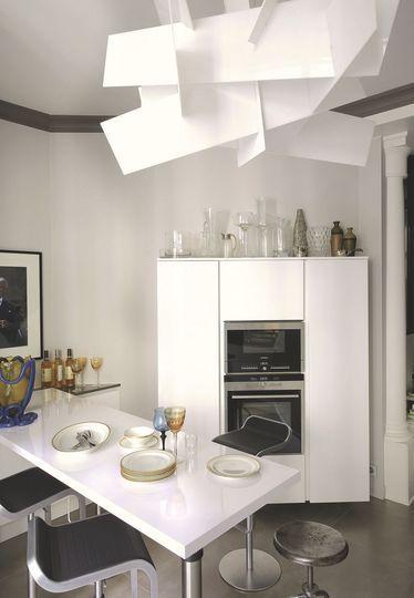 La cuisine blanche éclairée par une suspension originale. Plus de photos sur Côté Maison http://petitlien.fr/836g