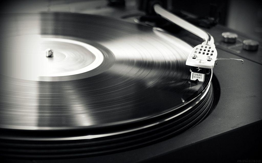 """Per tutti i reduci degli anni 90 usciranno il 26 agosto due ristampe per i KYUSS con Blues For The Red Sun e … And The Circus Leaves Town in vinile blu. Ma il piatto forte è la Deluxe Edition di We Care A Lot dei FAITH NO MORE, debutto della band di Mike Patton con diverse bonus track come alternative takes e demo; da segnalare anche Mondo Cane in vinile sempre di Patton solista. Restiamo sempre in campo grunge e alternative metal con """"No Code"""" e """"Yield"""" dei Pearl Jam in uscita il 5 Agosto."""