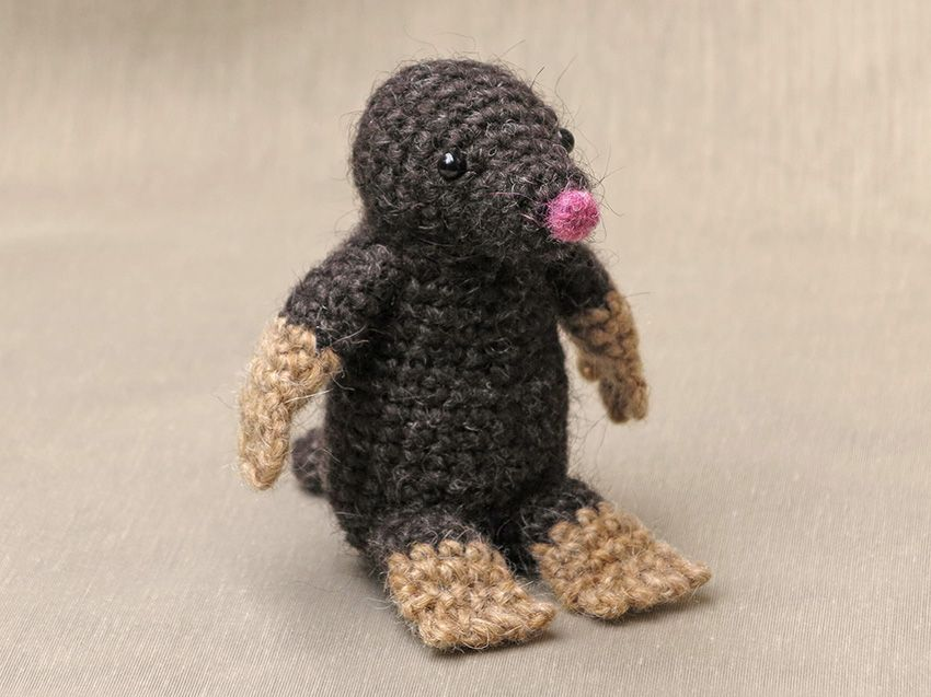He finally is finished, my crochet mole pattern. He is without doubt the most cartoonish looking crochet animal I have made so far. When I looked at the pictures in this post, I felt happy. Moser l…