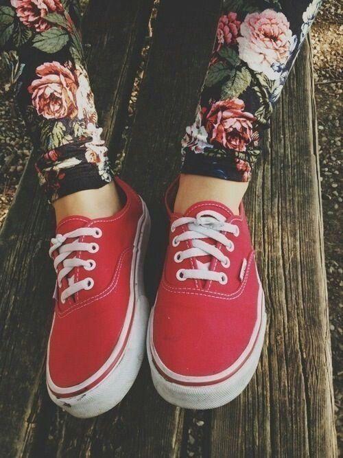Red Vans & floral leggings. | Zapatillas, Ropa de moda y