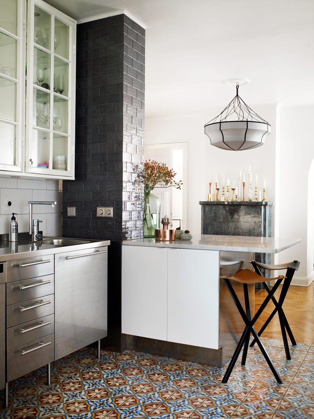 Franskt bistrokök med marockanskt golv | Black tiles, Glass front ...