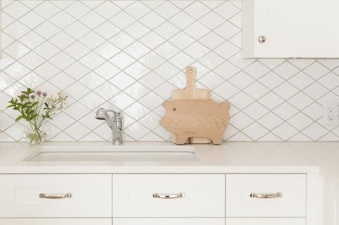 Dark Grout Makes Tile Design Pop Diamond Tile Backsplash Diamond Tile Tile Design