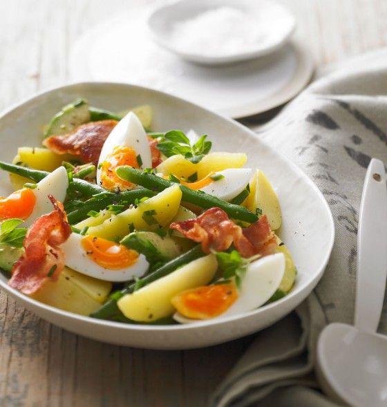 Eier-Kartoffel-Salat///Warum klotzen, wenn's auch clever geht: Mit Bacon, Bohnen und Vinaigrette avanciert Kartoffelsalat zur Leibspeise für Stilisten (die auch gern satt werden).