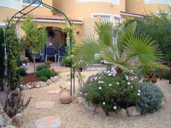 Gartengestaltung mit Kies und Steinen pergola mettal blumenbeet