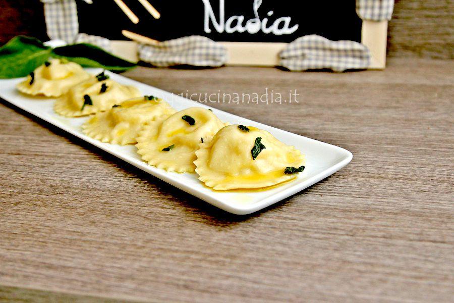 I ravioli con patate e caciocavallo podolico sono un primo piatto delicato, con un ripieno particolare che ha bisogno di un condimento semplice.
