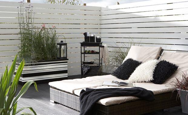 Design a mediterranean garden with white fences me casa for Garden decking colours