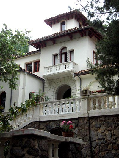 Jimi Hendrix house in Laurel Canyon, California. Also once owned by Errol Flynn and WC Fields.