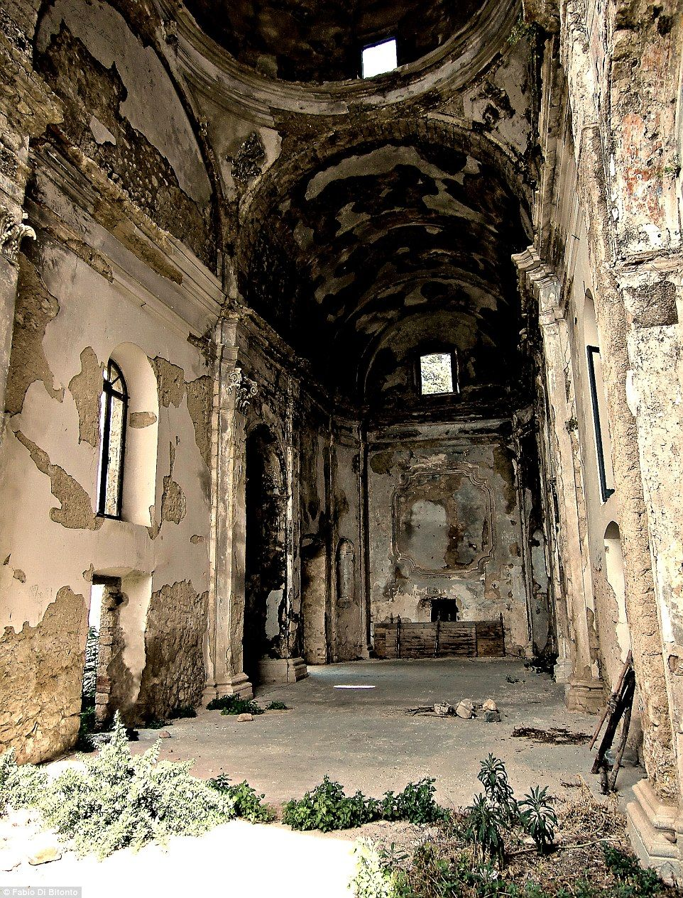 Haunting Images Of Italy S Abandoned Ghost Towns Haunted Images Ghost Towns Abandoned