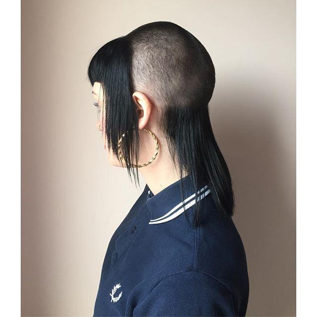 Skinhead aux cheveux longs