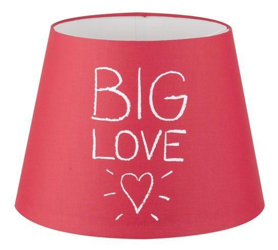 Leuchtenschirm aus Metall und Textil in der Farbe Rot mit Aufschrift.