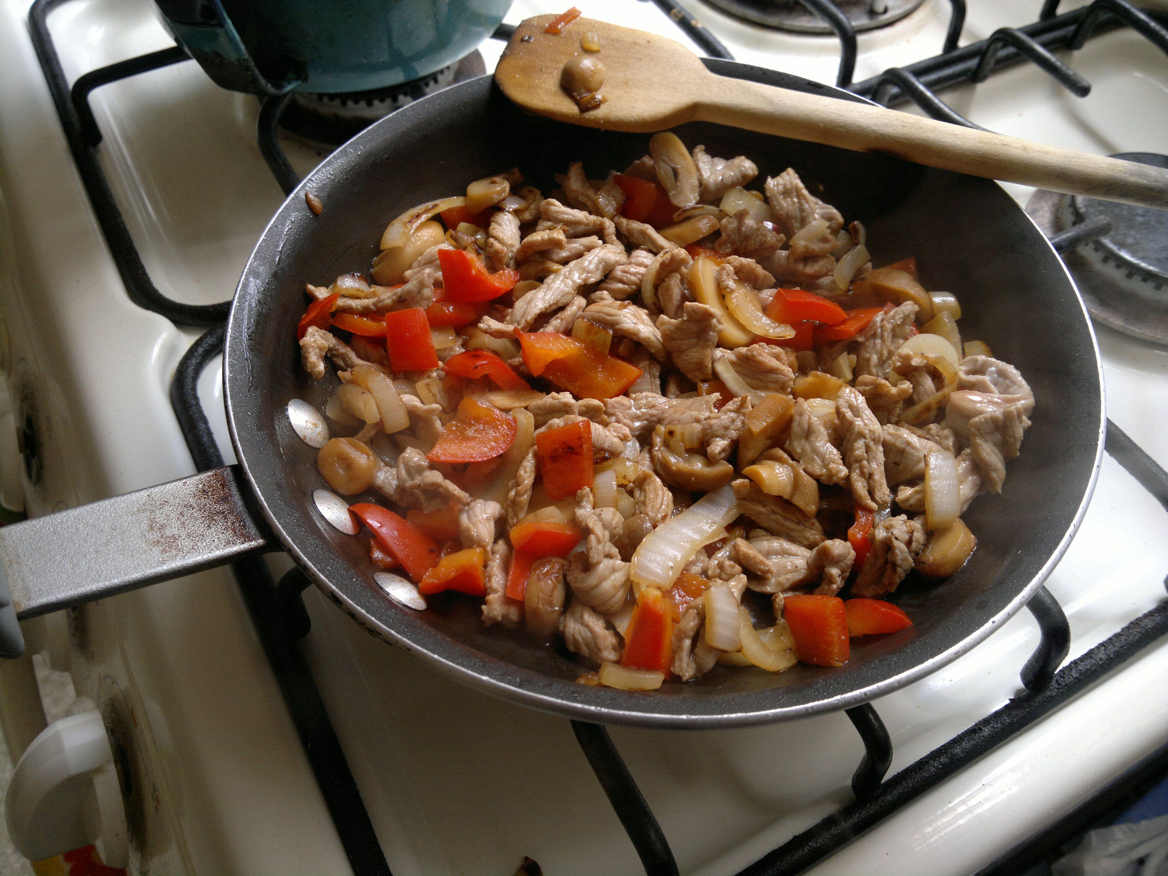 Alambre de carne de ternera con pimiento rojo, cebolla y champiñones.