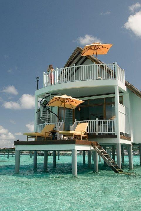 Que lugar lindo!! Para os casais que ainda não sabem onde vão passar a Lua de Mel, fica aí a excelente opção!! Esse chalé fica nas Ilhas Maldivas!! ;)