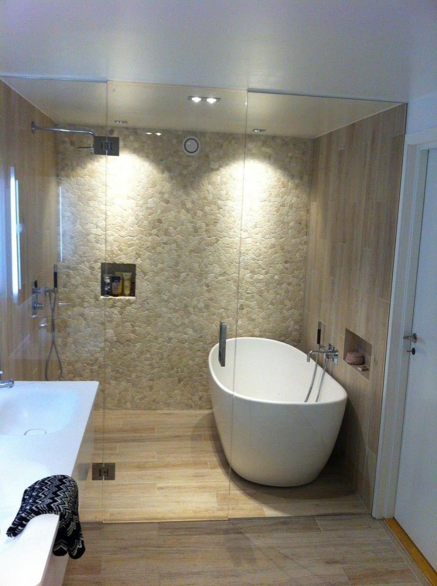 badeværelse med badekar Flislagt bad med glassvegg  og dør inn til dusj og badekar  badeværelse med badekar