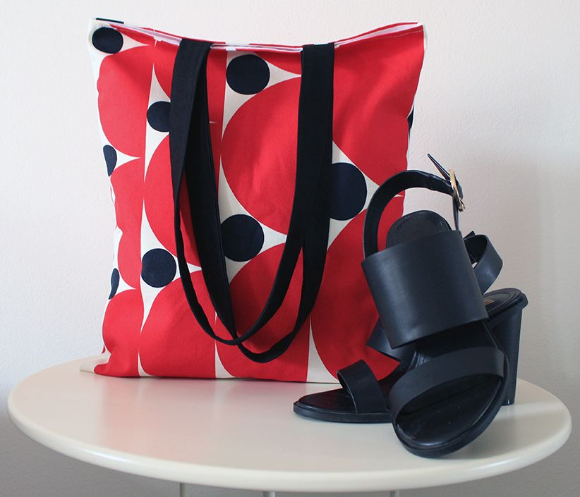 Red, black and white handmade bag. Fully lined in white. Buy it here: https://www.etsy.com/shop/MoniqueDesignItaly 21.50€