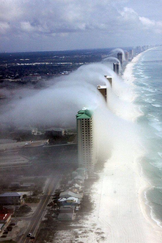 Fotografía realizada desde un helicóptero en Florida (EE.UU.), que muestra cómo un 'tsunami' de nubes arrolla los rascacielos que flanquean la costa del Golfo de México y pasa sobre ellos para adentrarse en tierra firme como si fuera una ola de niebla gigante.
