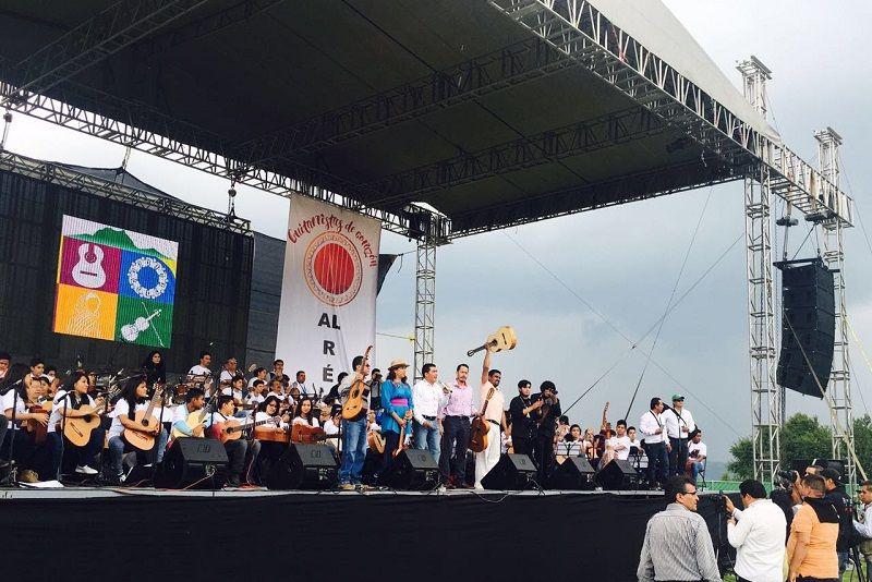 El trabajo coordinado entre ciudadanos y autoridades permitió que se lograra el récord continental de ensamble de guitarras, destaca Stalin Sánchez González – Morelia, Michoacán, 26 de junio de 2016.-El ...