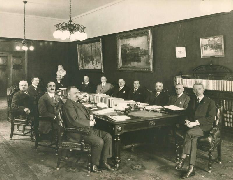 Cabinet Du Premier Ministre Louis Alexandre Taschereau Vers 1929 Pouvez Vous Reconnaitre Des Deputes La Reponse Mardi C Co Histoire Quebec Nouvelles France