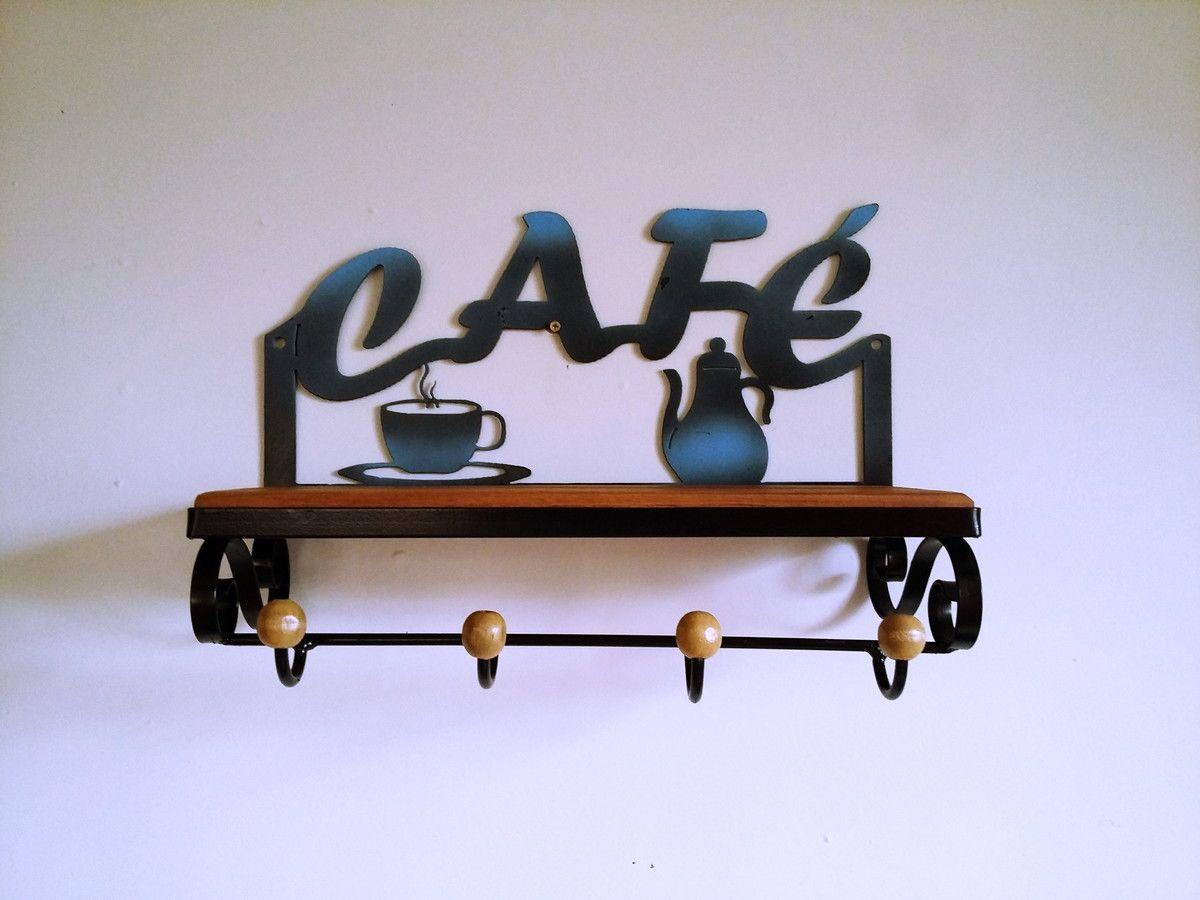 Porta xícaras de ferro com bule de madeira. <br>Lindo para decorar sua cozinha. <br>Pode também ser utilizado para pendurar utensílios de cozinha. <br> <br>Dimensões aproximadas: 40 cm de largura <br>30 cm de altura <br>15 cm de profundidade.