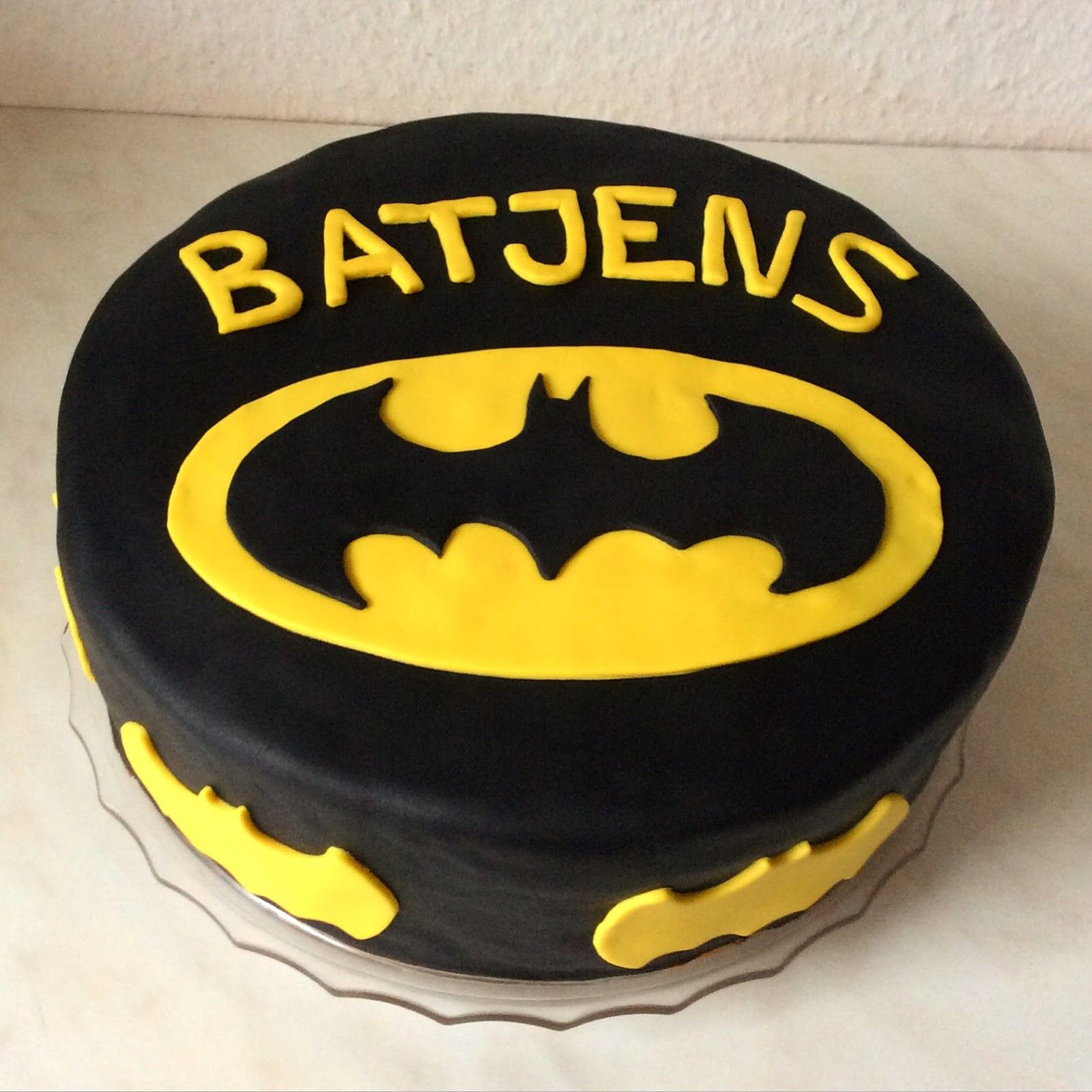 Eine Batman Torte mit Schokolade und Kirschen. Überzogen mit Fondant ...