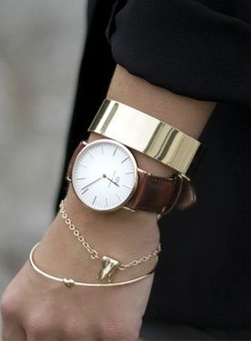 Gold minimalist jewelry looks great when mixing delicate and chunky pieces.