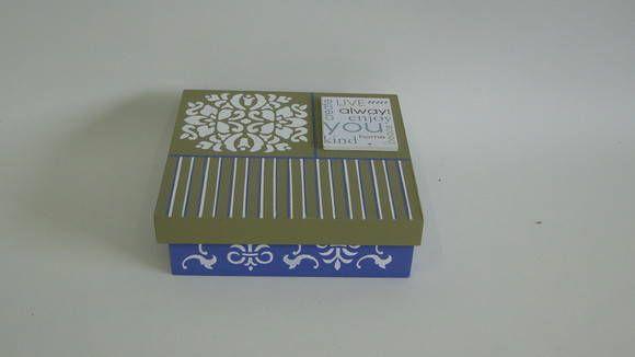 Caixa em MDF na cor azul e bege. Pode ser utilizada para guardar bijuterias, jogos, brinquedos entre outras coisas, bem casado, brigadeiro. R$ 30,00