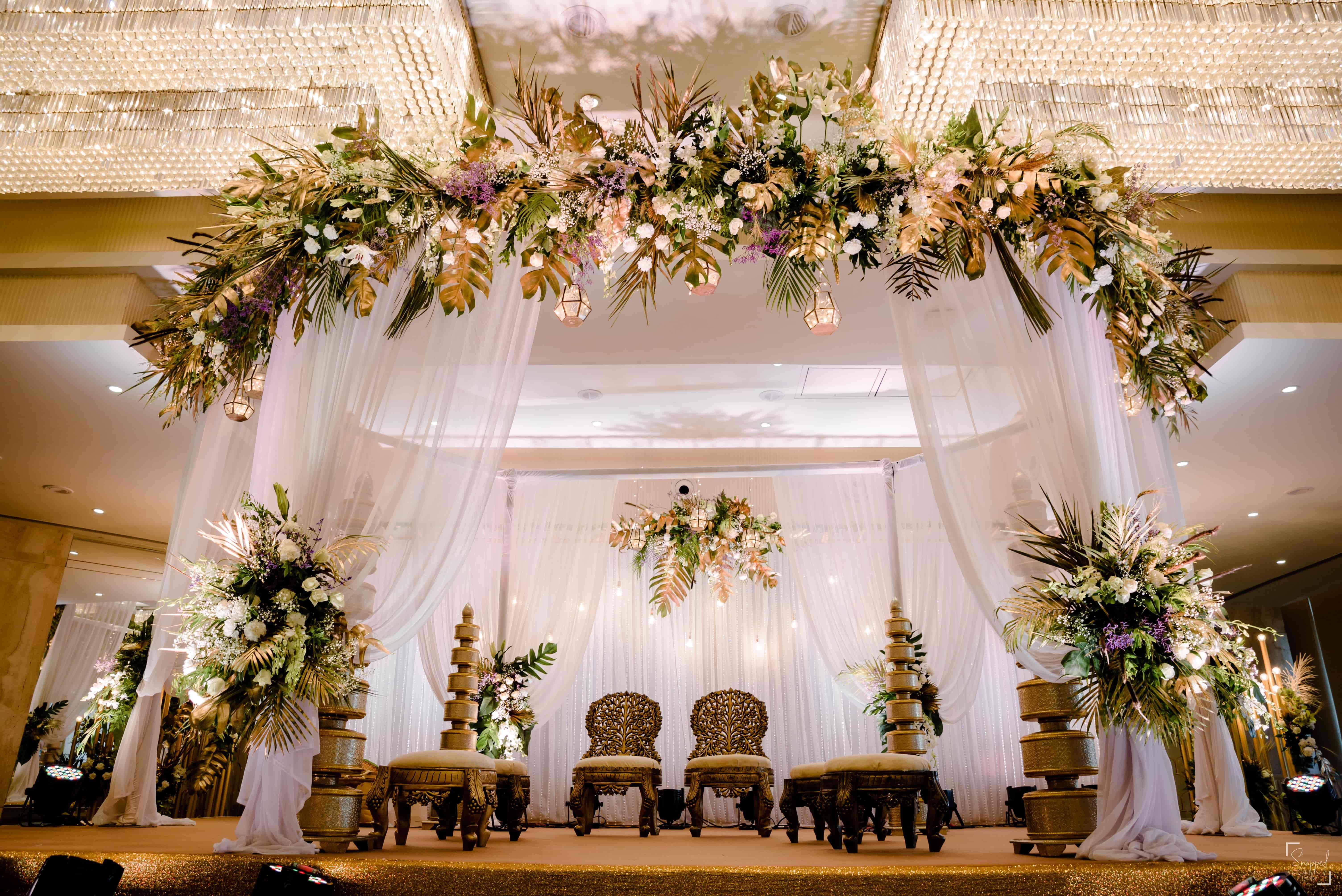 A Gorgeous Mumbai Wedding Where The Bride Planned Her Own Mehendi In 2020 Mumbai Wedding Wedding Trending Decor