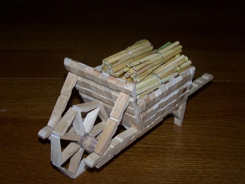 bricoler avec des pinces linge en bois no l. Black Bedroom Furniture Sets. Home Design Ideas