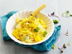 Helppo ja nopea monen perheen kestosuosikki. Curry ja ananas sopivat broilerikastikkeeseen takuuvarmasti. Rakuunalla tai sinihomejuustolla saat halutessasi uutta vivahdetta ruokaan.
