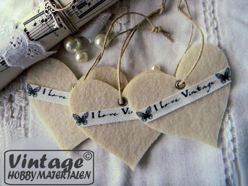 Leuk om zelf te maken deze vilten hartjes met linnen vintage band. Materialen zijn te vinden in onze webshop.
