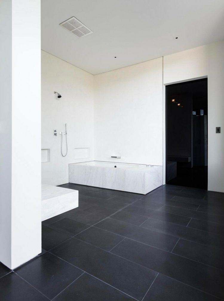 beton haus glas badezimmer schwarz fliesen weiss waende badewanne ...
