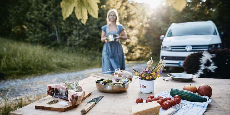 Gedeckter Tisch mit Grillfleisch Käse und Gemüse. Eine Frau nähert sich von   Gedeckter Tisch mit Grillfleisch Käse und Gemüse. Eine Frau nähert sich von hinten um zusätzliche Zutaten auf den Tisch zu stellen.  The post Gedeckter Tisch mit Grillfleisch Käse und Gemüse. Eine Frau nähert sich von  appeared first on Tisch ideen. #gedecktertisch
