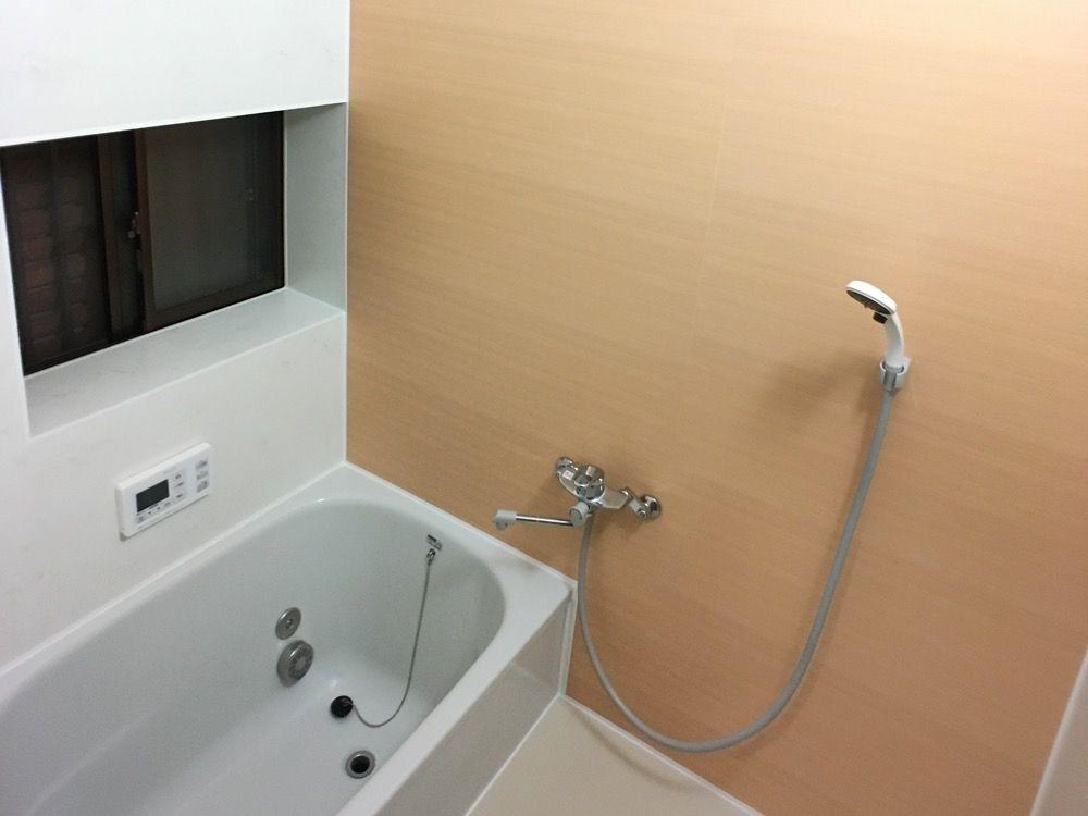 浴室タイル壁にバスパネル アルパレージ をdiyで貼り付け施工する方法 金のなる木で大家生活 2020 浴室 タイル 洗面所 Diy リフォーム お風呂 リフォーム