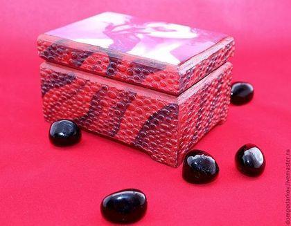 Купить или заказать Шкатулка ' Une pause cigarette.....1' в интернет-магазине на Ярмарке Мастеров. Очень яркая и дерзкая шкатулочка послужит подарком для неординарной и стильной особы, возможно брюнетки). В нее может спрятаться как сигаретная пачка так и визитки или какие-нибудь небольшие штучки). Такой подарок не забудется никогда!!! Внутри шкатулочка обита черным бархатом, крышка супер-глянцевая! Все используемые материалы нетоксичны ,на водной основе, высокого качества..