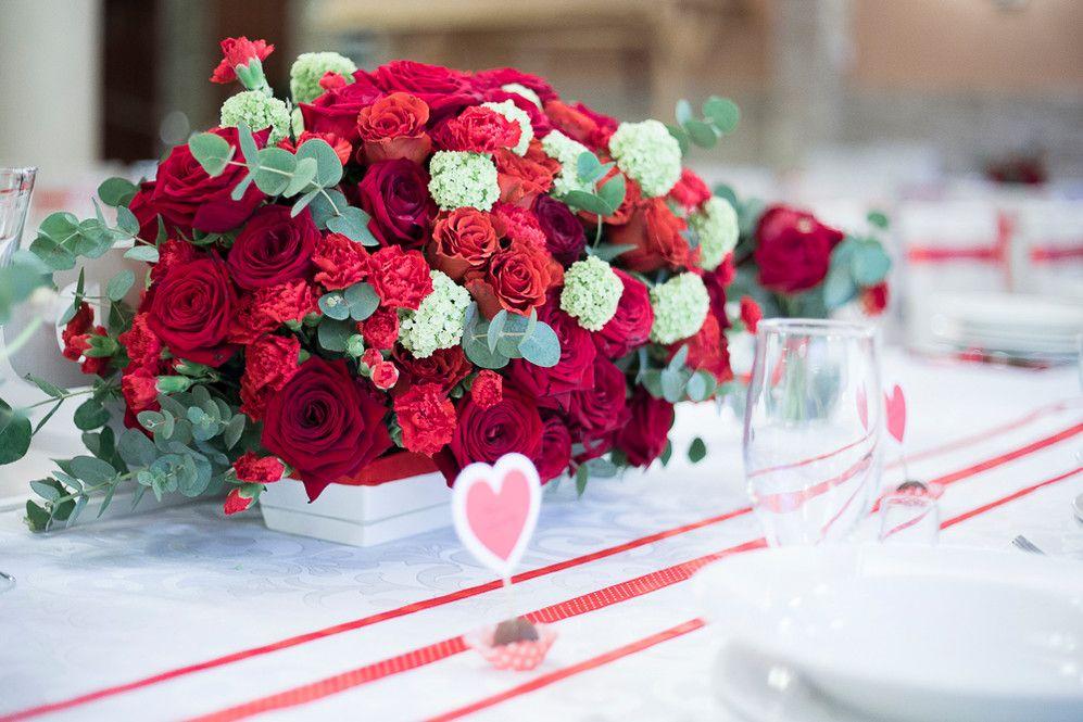 Dekoracja Sali Weselnej Jarzebina W Wilczycach Czerwone Roze Piekna Scianka Led Za Para Mloda Swiece I Dodatki Wspaniala Table Decorations Decor Raspberry