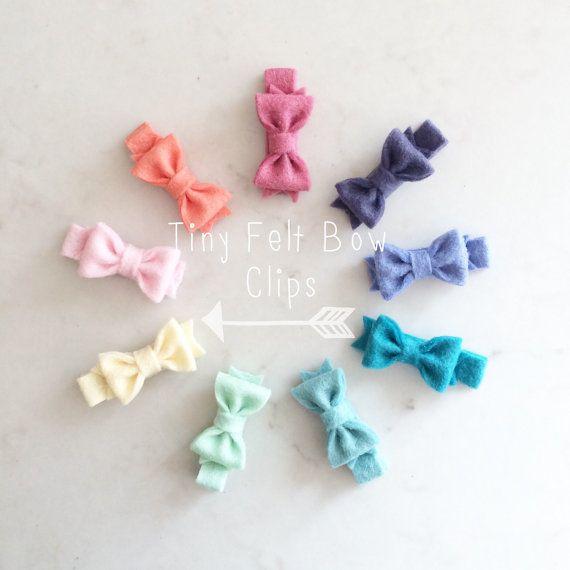 Clips de arco de fieltro pequeño - lazos de fieltro de lana - clips de pelo de bebé - Elija sus colores #babyhairclips