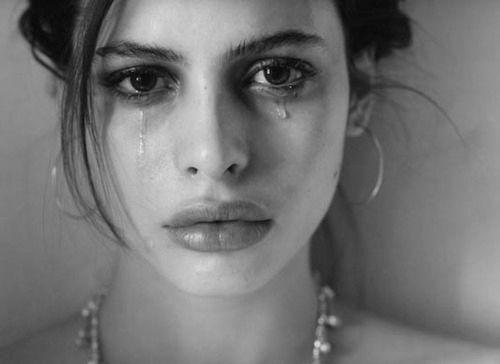* Hei de reerguer a minha alto estima, Não descerás a escada da minha falência, Não tocarás os lábios da minha ferida, Oh! Lágrima sofrida, Teu sal não tocará a minha saliva... Texto: Christine Aldo Do poema: A Prisão de uma Lágrima