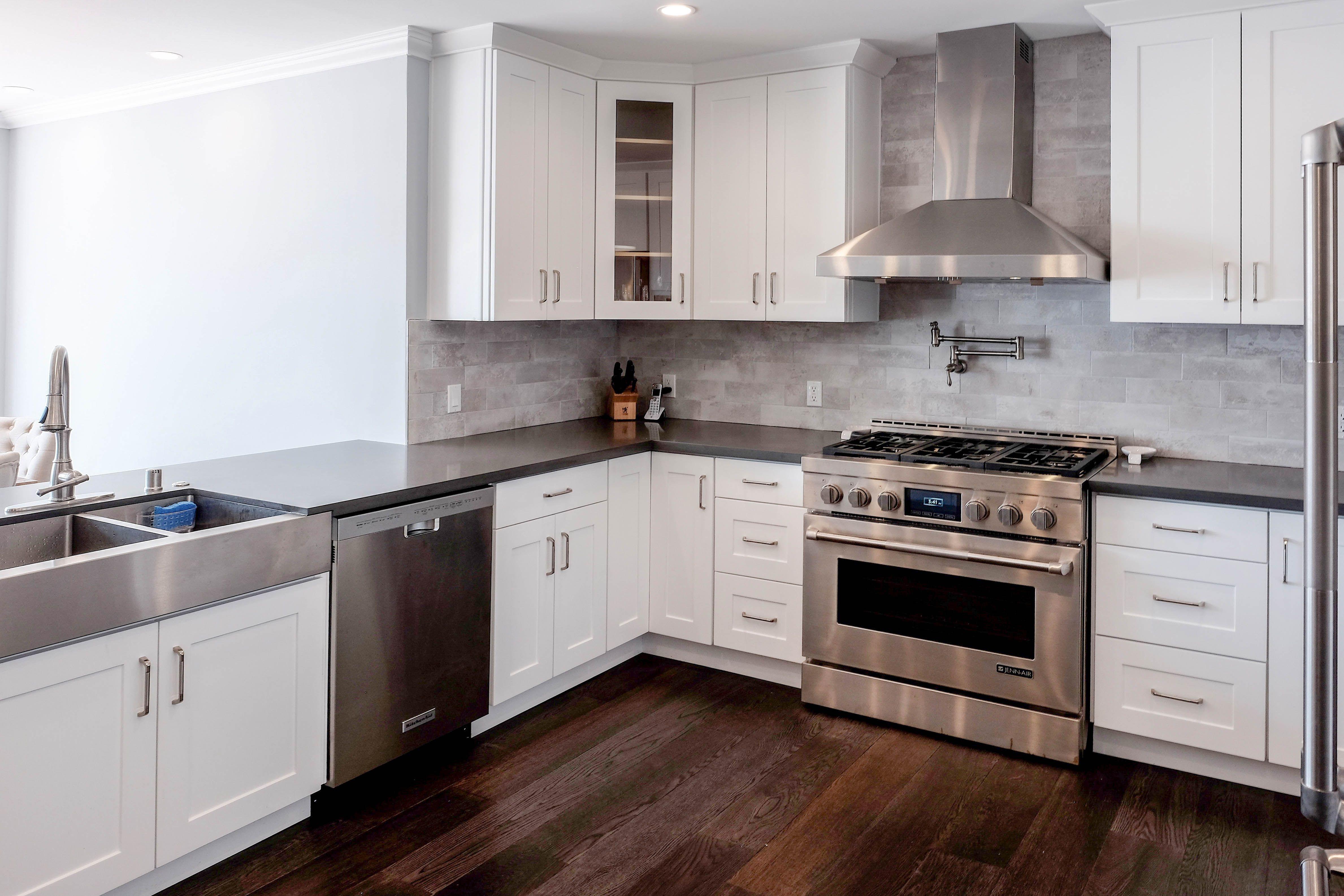 White Shaker By Cabinet City Kitchen White Shaker Interiors Kitchendesign Whitekitchen Kitchen Design Kitchen Redo Home Kitchens