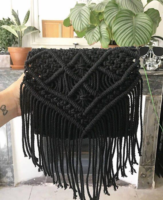 Sling bag / bolsa con flecos en macrame negro  estilo bohemio